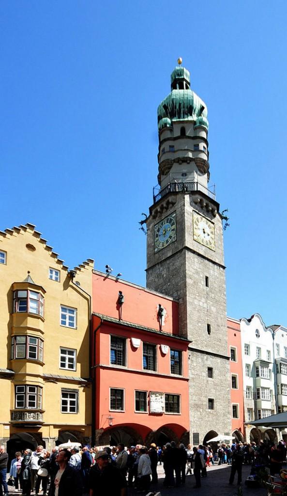 Der Innsbrucker Stadtturm, die Stützen überragen die Aussichtsbalkone um 10 Meter. Quelle: http://de.wikipedia.org